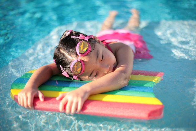 1024px-Girl_with_styrofoam_swimming_board